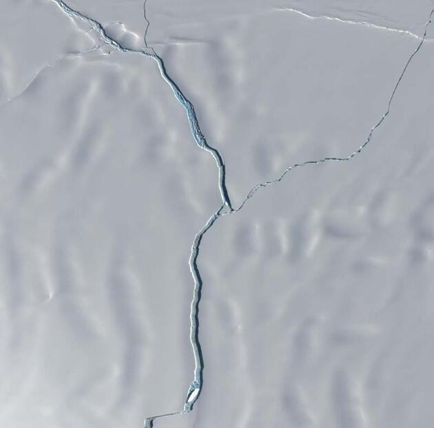 Antarktika'dan büyük bir buzul çatlayarak kopma noktasına geldi