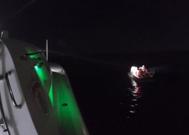 İzmir'de lastik botta sürüklenen 23 sığınmacı kurtarıldı