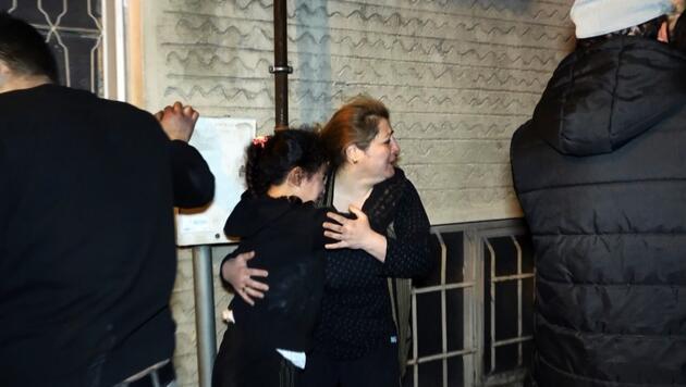 3 katlı apartmanda yangında can pazarı: Binada mahsur kalan 4'ü çocuk 8 kişiyi itfaiye kurtardı