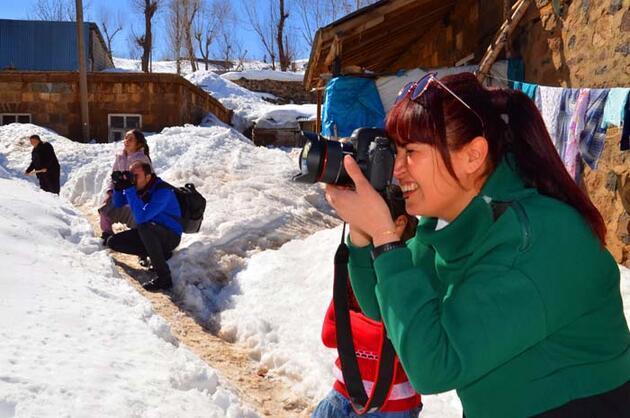 Karlar altında kalan köyü, kare kare fotoğrafladılar