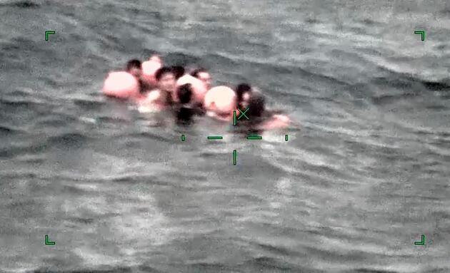 Alabora olan Çin balıkçı teknesinin mürettebatı böyle kurtarıldı