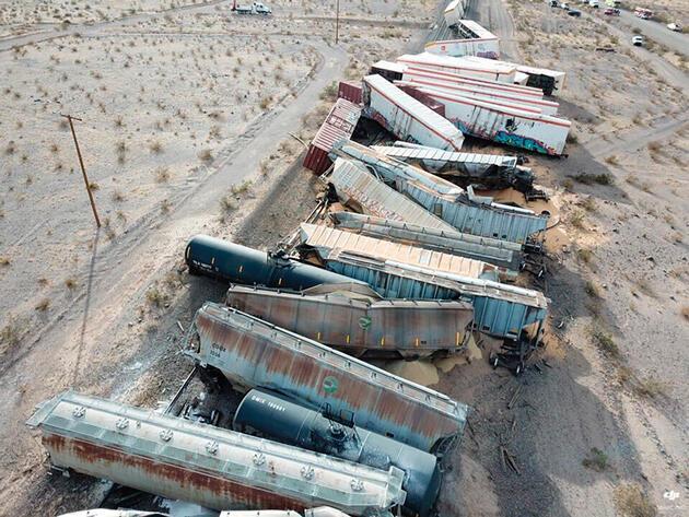 ABD'de feci kaza: Yük trenine ait 44 vagon raydan çıktı