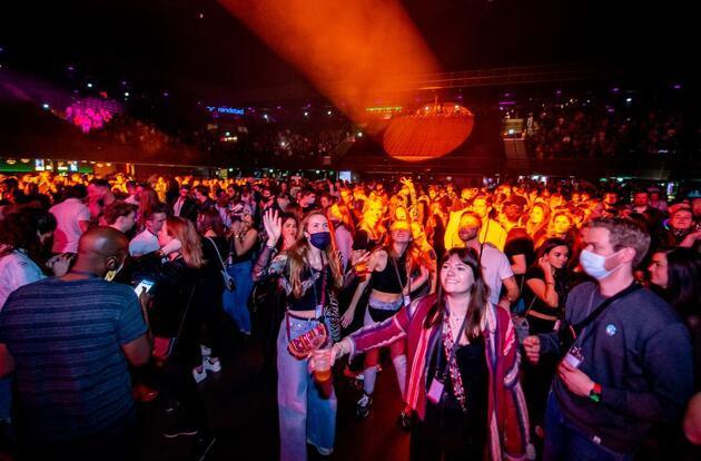 Hollanda'da COVID-19 deneyi: Gece kulübünde 1300 kişi eğlendi
