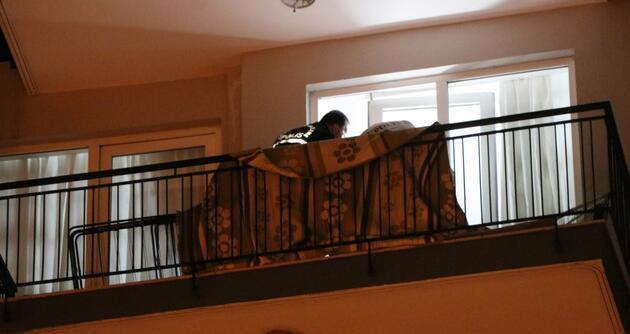 Çatıdan ip sarkıtıp eve girdi, eşini defalarca bıçaklayıp öldürdü