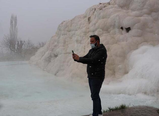 'Beyaz Cennet' Pamukkale'de kar yağdı, turistler sıcak su havuzunda yüzdü