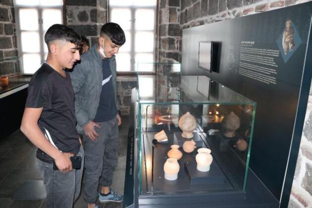 Tarihi mekanlarda simit satıyordu, arkeolog oldu