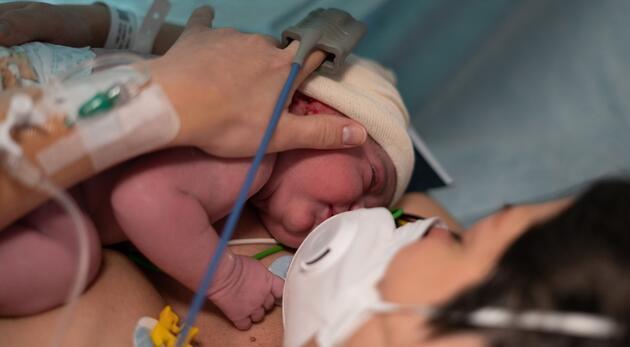 COVID-19'da doğum sırasında anne ve bebek ölümleri üç katına çıktı