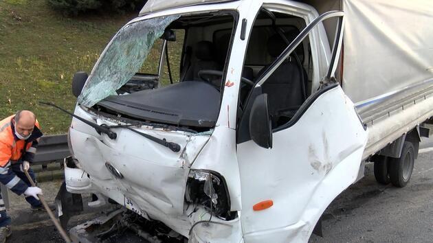 Bağcılar'da kamyonet minibüse çarptı: 2 yaralı