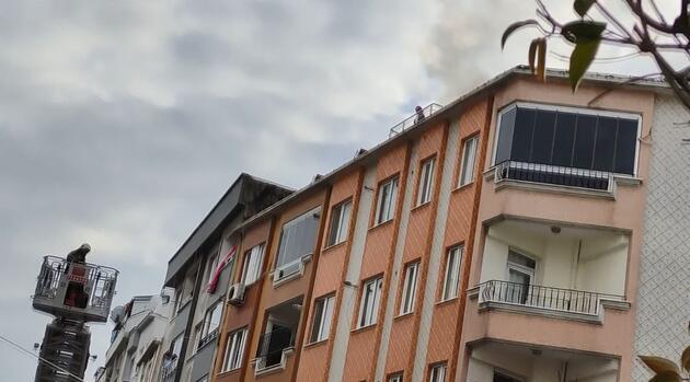 Çatıdan eşyaları atıp evi ateşe verdi