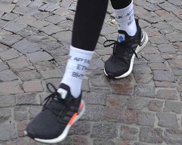 """Burcu Esmersoy'un çoraplarındaki """"Aptallık etme Bihter"""" yazısı dikkat çekti"""