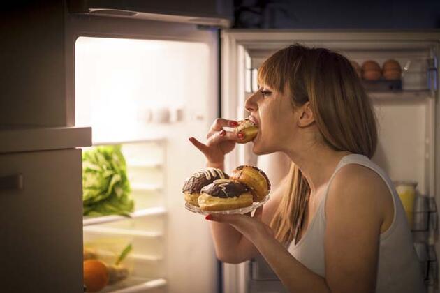 Hiç acıkmadığımız halde neden yemek yeriz? İşte acıkmadan yemek yemeyi tetikleyen durumlar