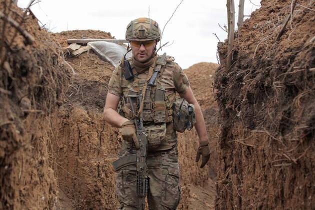 Ukrayna lideri Zelenskiy'den orduya moral ziyareti