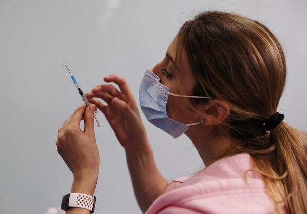 Hangi aşıda yan etki daha fazla? COVID-19 aşılarında çarpıcı yan etki araştırması