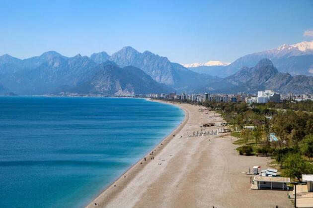 Antalya'da güneşli havanın tadını turistler çıkardı