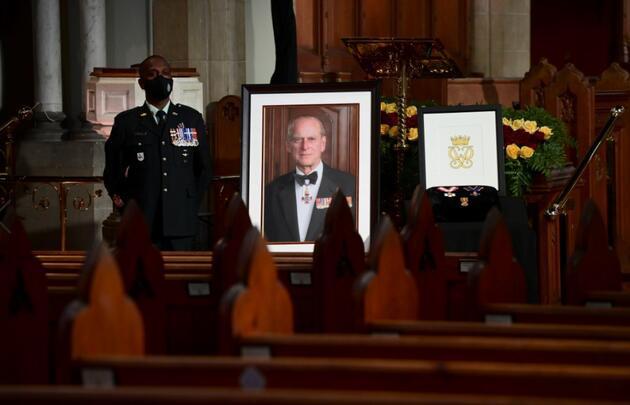 Kraliçe bir an bile yanından ayırmadı: Prens Philip'in cenazesinde dikkat çeken 'çanta' detayı