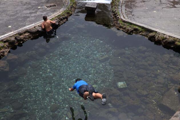 Diyarbakır'da sıcaklık 26 dereceyi gördü, çocuklar Anzele suyunda serinledi