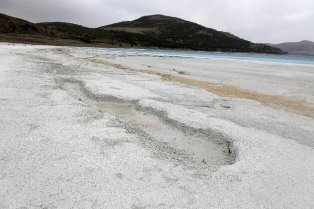Suyu 30 metre çekilen Salda Gölü'nün çamur çukurları kapanıyor