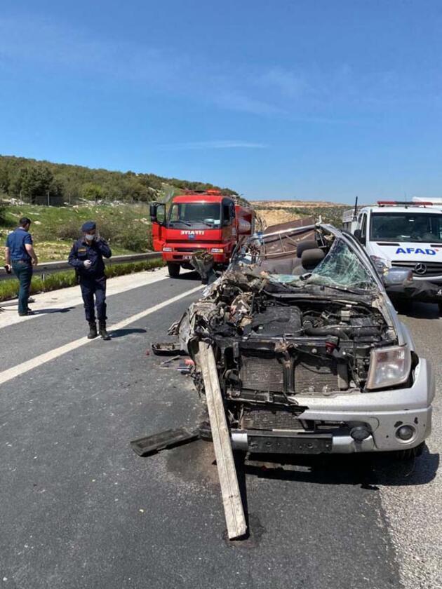 Kamyonunun altına giren kamyonet, hurdaya döndü: 1 ölü, 2 yaralı