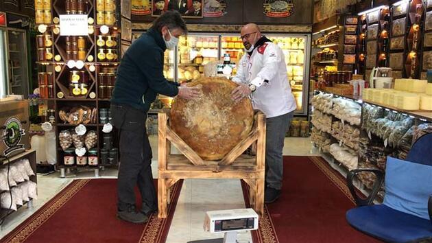 1400 litre sütten ürettiği 56 kiloluk Gravyer peynirini satışa çıkardı! Kilosu...