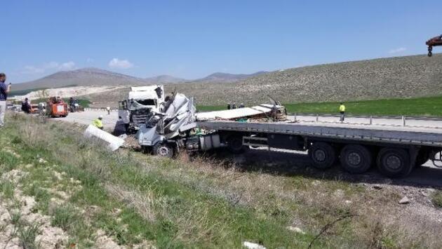 Kütahya'da TIR'lar çarpıştı: 2 ölü, 1 yaralı