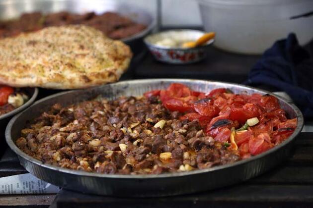 """Yarım saatte pişiriliyor! Kahramanmaraş'ın en önemli lezzetlerinden """"Eli Böğründe"""" yemeğine ilgi büyük"""