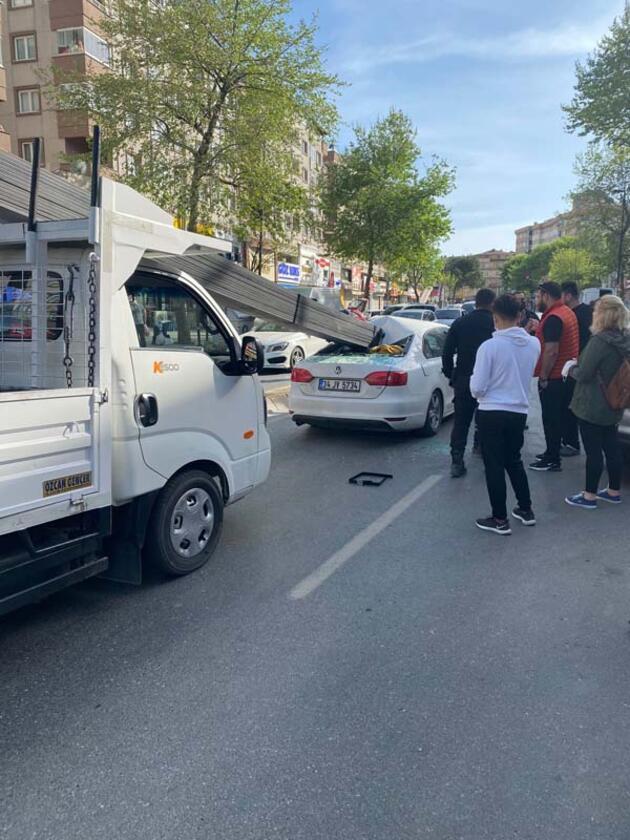 Demir çubuklar otomobile saplandı; 3 kişi ölümden döndü