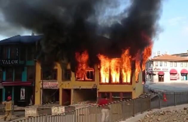 Tarihi Hanlar Bölgesi'nde bulunan metruk binada yangın