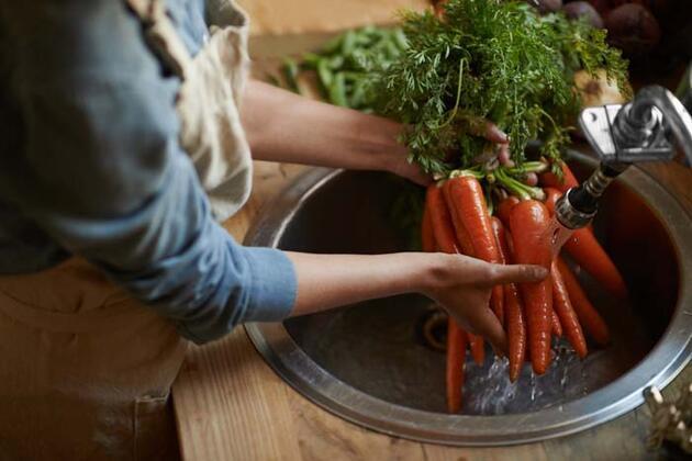 Sirkeli su işe yaramıyor! İşte sebze ve meyveleri temizlemenin en etkili yolu...