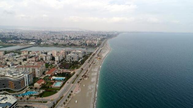 Kısıtlamadan muaf turistler sahilde