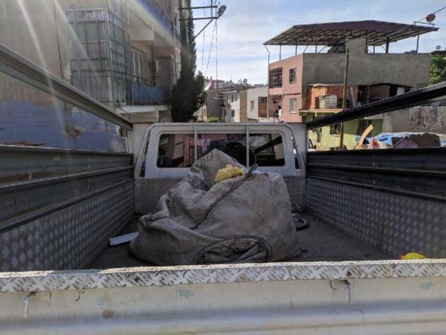 Pencereden kamyonetin kasasına düştü