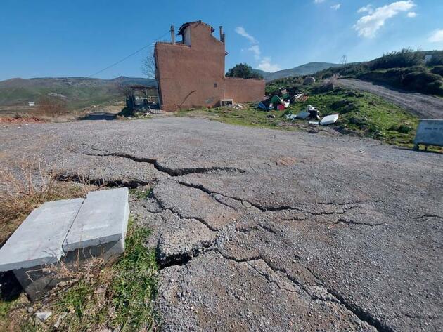 Yarıklar nedeniyle tahliye edilen ev yıkıldı, 5 ev daha boşaltıldı