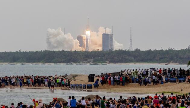 Çin'in kontrolden çıkan roketinin parçaları Maldivler yakınlarına düştü