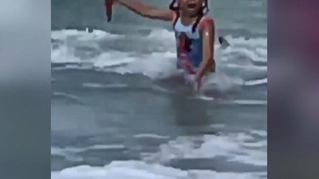ABD'de denize giren çocuk köpek balığından böyle kaçtı