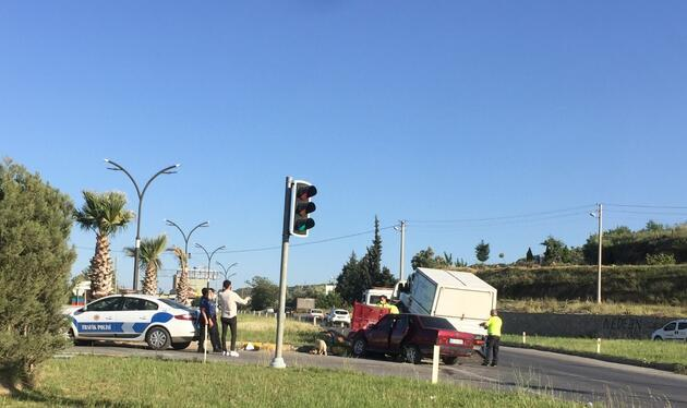 Otomobille kamyonet çarpıştı: 3 yaralı