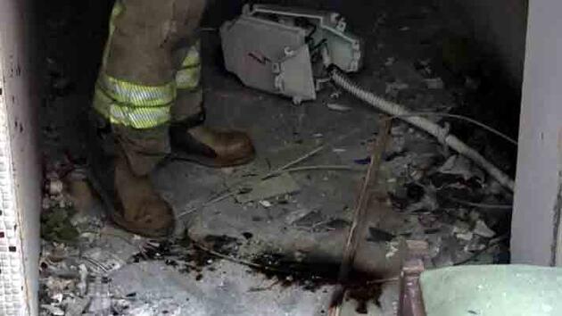 Atık toplayıcısının sökmeye çalıştığı elektrik panosu patladı