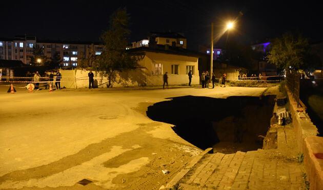Sivas'ta çöken yolda 22 metrelik çukur oluştu