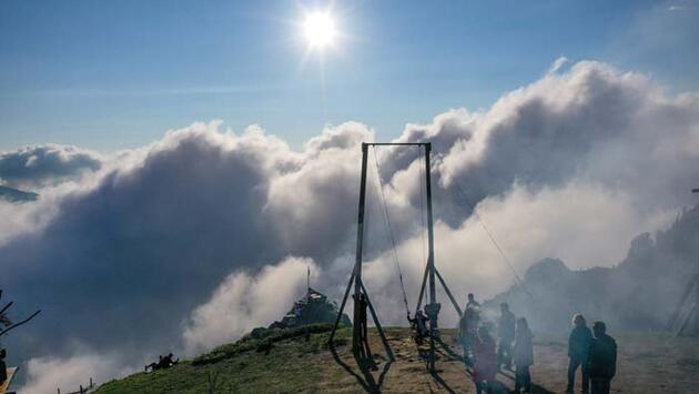 Bulutların üzerindeki Huser Yaylası gözleri kamaştırıyor