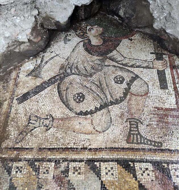 Kaçak kazıyla ortaya çıkan mozaiklere 24 saat koruma