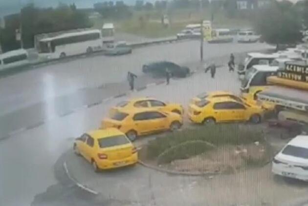 Bursa'da otomobil, otobüs durağına daldı: 5 yaralı