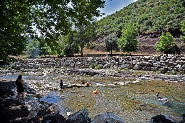 İki dağ arasında sallarla yolculuk yapılan Kisecik Kanyonu doğal güzelliğiyle cezbediyor