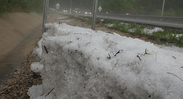 Dolu nedeniyle yol buz pistine döndü
