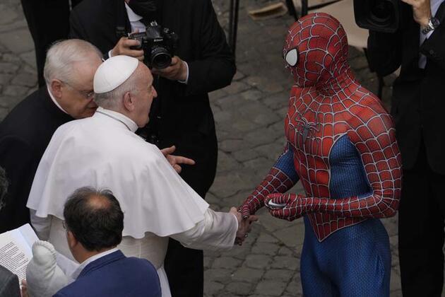 Spiderman Papa'ya maske verdi