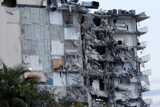 Miami'de 12 katlı bina kısmen çöktü
