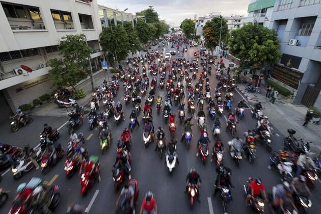 Tayland'da göstericiler hükümet karşıtı yürüyüş düzenledi
