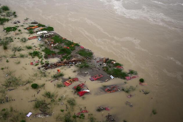 Hindistan'da ürperten kareler: Ganj Nehri'nde cesetler yüzdü