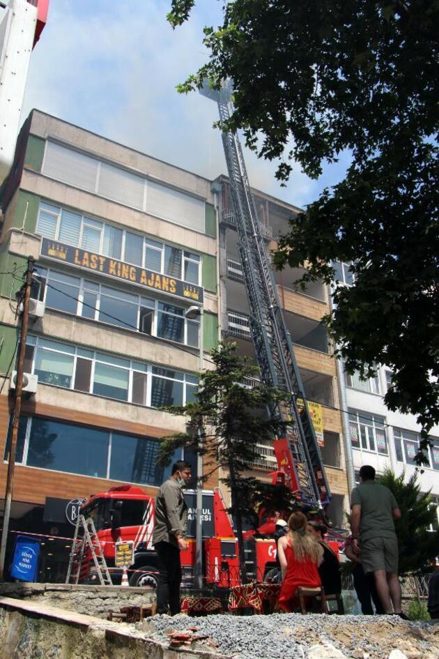 Beşiktaş'ta çatı alev alev yandı; itfaiye eri dumandan etkilendi