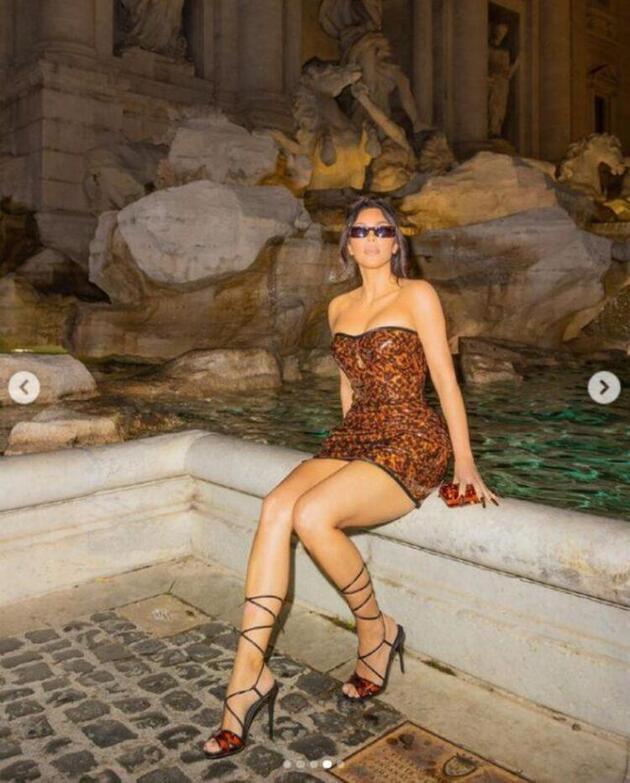 Kim Kardashian leopar desenli elbisesiyle beğeni topladı