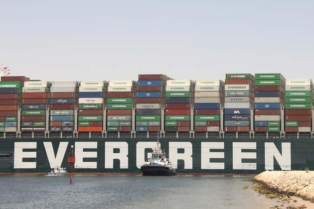 """Süveyş Kanalı'nı 6 gün boyunca tıkayan """"Ever Given"""" gemisi yaklaşık 3,5 ay sonra Mısır'dan ayrılıyor"""