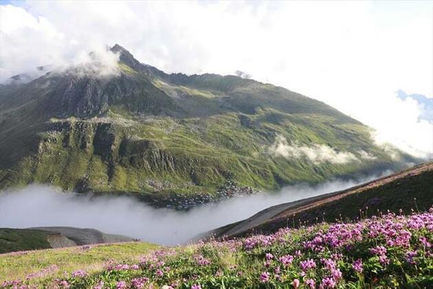 Kaçkar Dağları'nın zirvesinde bulut denizinin üzerindeki günbatımı ziyaretçileri hayran bırakıyor