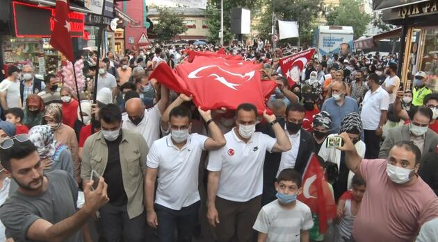 Binlerce vatandaş 250 metrelik Türk Bayrağı'nın altında yürüdü